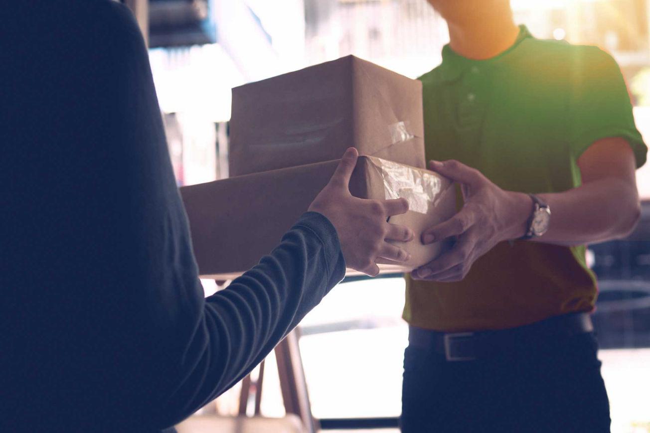 Fattorino Share con pacco per la consegna
